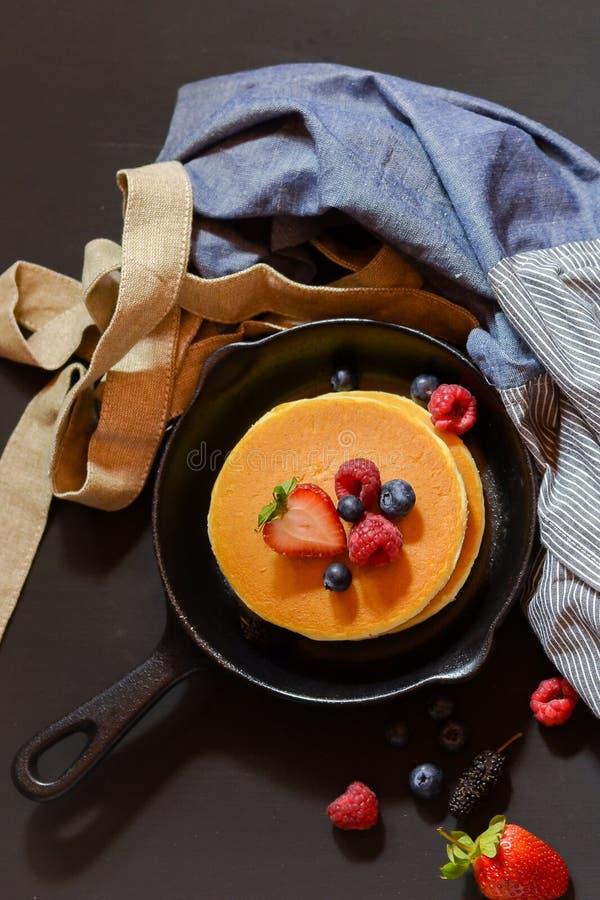 Aardbeien en pannekoeken op een pan stock afbeelding