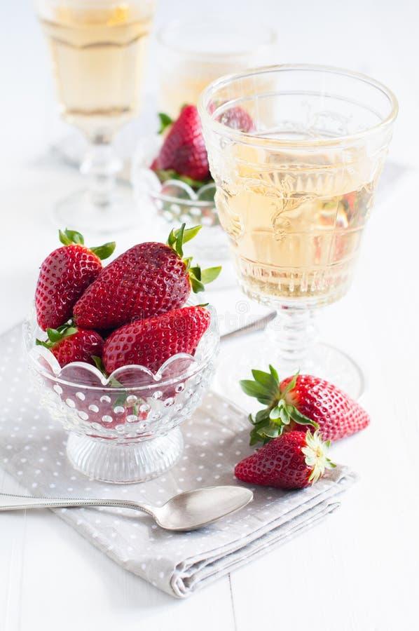 Download Aardbeien en wijn stock foto. Afbeelding bestaande uit naughty - 39114466