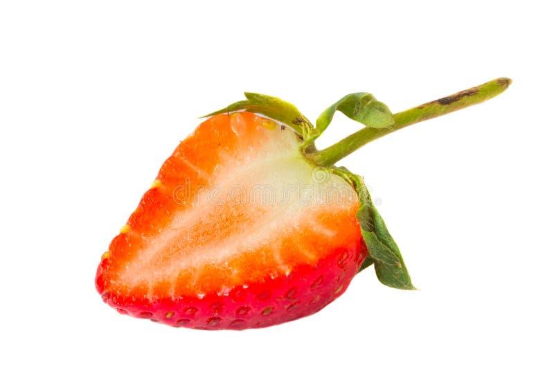 Aardbeien half op wit stock fotografie