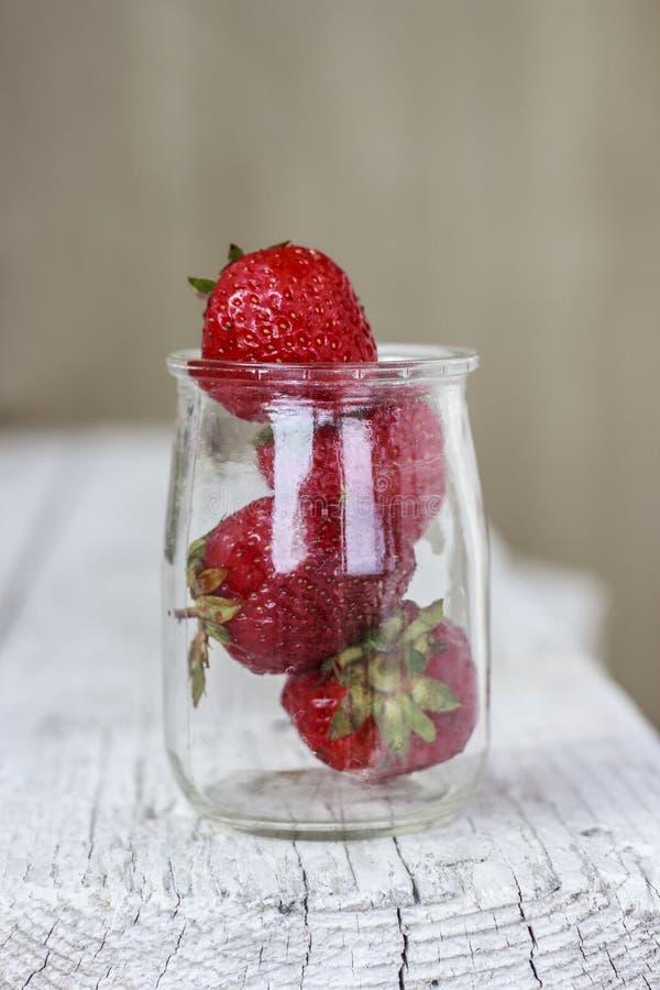 Aardbeien in kruik royalty-vrije stock foto