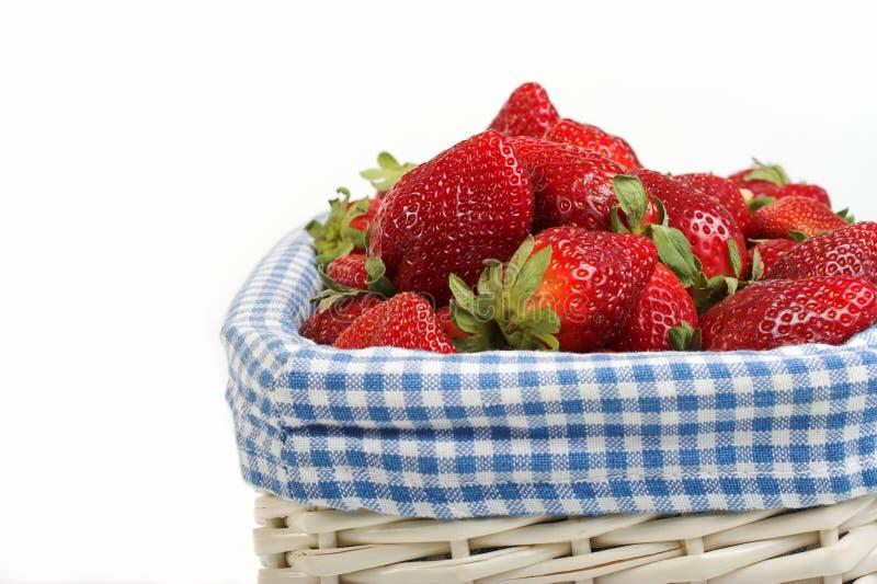 Aardbeien in mand royalty-vrije stock afbeelding