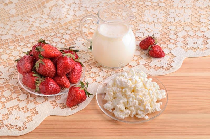 Aardbeien, melk en kwark royalty-vrije stock afbeeldingen