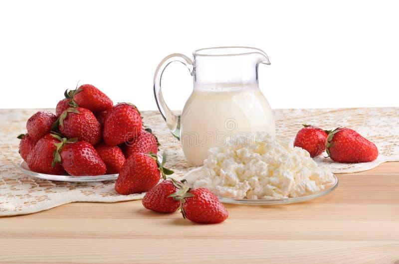 Aardbeien, melk en kwark royalty-vrije stock foto's