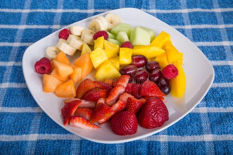 Aardbeien met Gesneden Fruit op Witte Plaat stock afbeelding