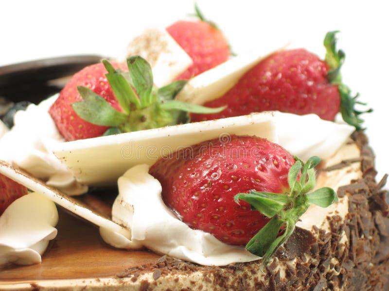 Aardbeien op chocoladecake royalty-vrije stock afbeeldingen