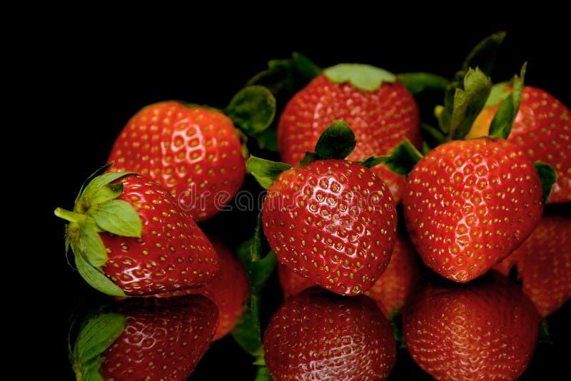 Aardbeien op een zwarte close-up als achtergrond royalty-vrije stock foto
