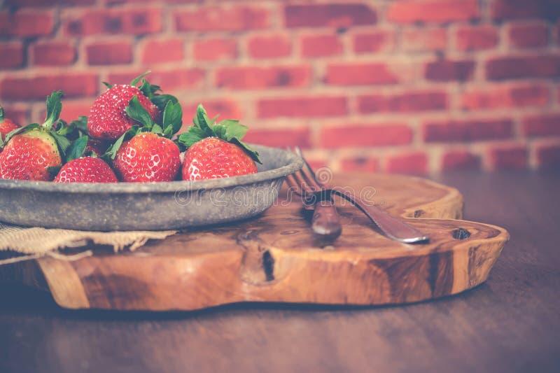 Aardbeien op Gray Steel Bowl stock fotografie
