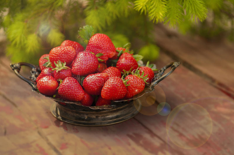 Aardbeien op uitstekend verzilverd tafelgerei stock afbeelding