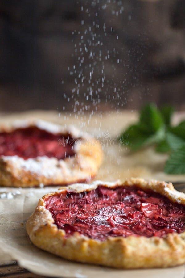 Aardbeigalette, eigengemaakte bakkerij, gebakje, de zomerdessert stock foto