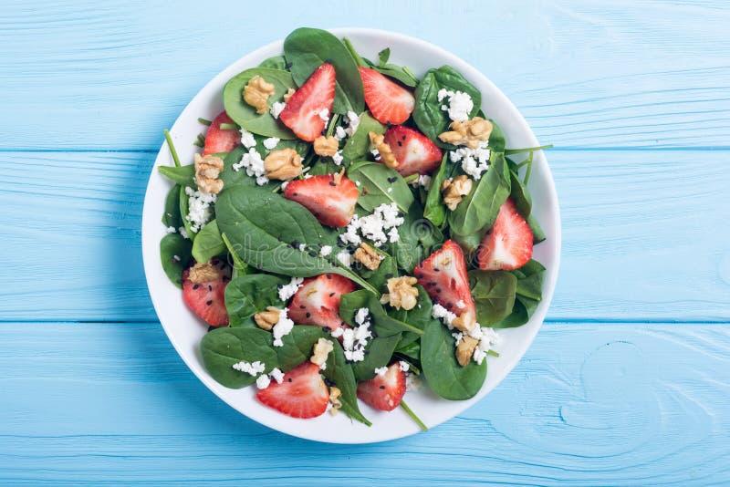 Aardbeisalade met spinaziekaas en okkernoot Gezond voedsel royalty-vrije stock afbeeldingen