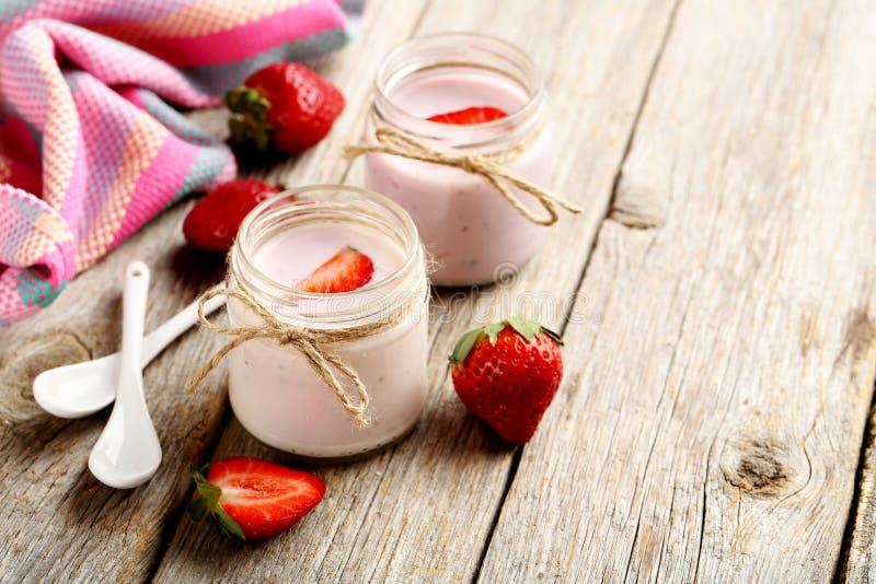 Aardbeiyoghurt stock afbeeldingen