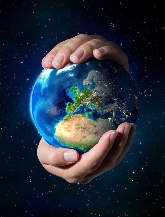 Aarde in de handen - Heelalachtergrond - Europa royalty-vrije stock afbeeldingen