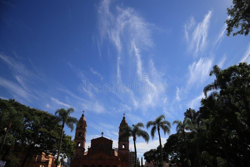 Aarde en hemel trillende kleuren van Santo Angelo, RS Brazilië stock afbeeldingen