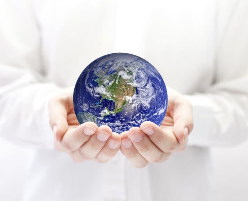 Aarde in handen stock foto