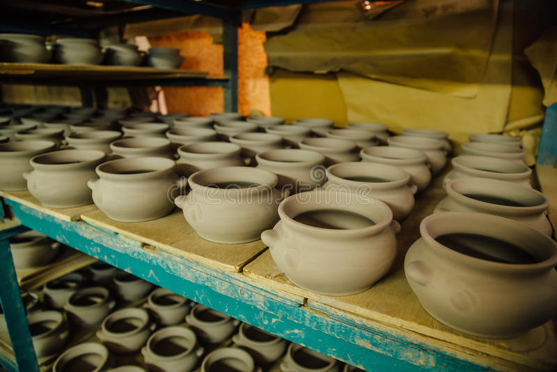 Aardewerkworkshop Het drogen van ongebakken aardewerk na het vormen royalty-vrije stock afbeeldingen