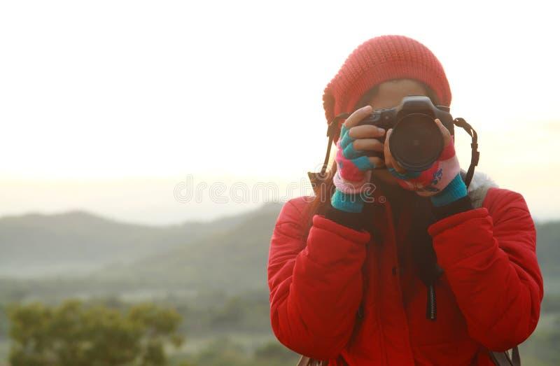 Aardfotograaf die beelden nemen tijdens wandelingsreis stock fotografie