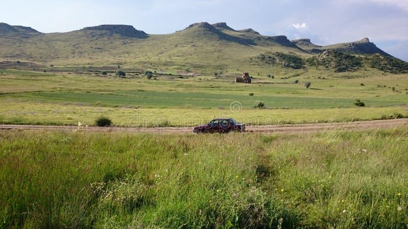 Aardfotografie en eenzame auto stock foto