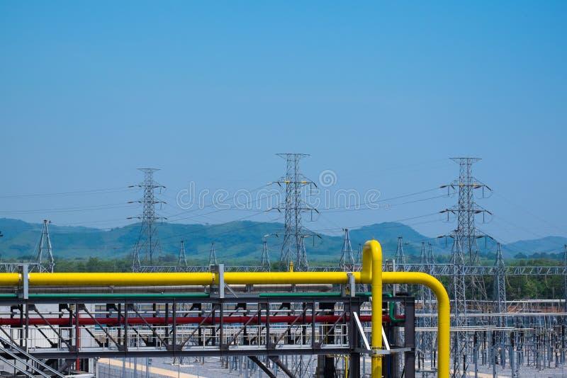 Aardgas het door buizen leiden in elektrische centrale met hoge voltpool royalty-vrije stock foto