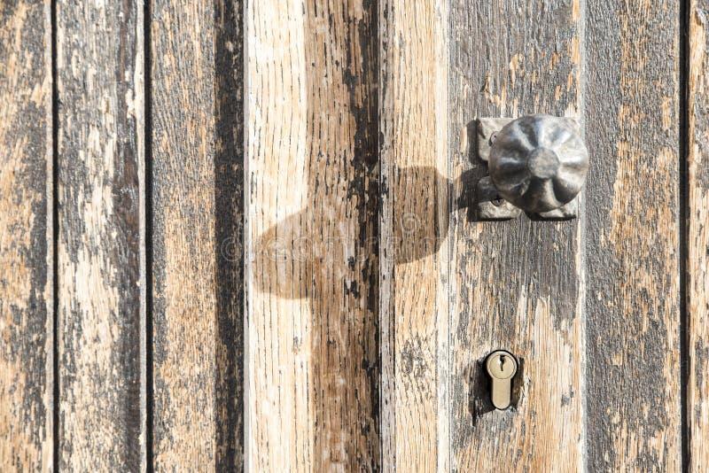 aardige oude handvat en deur stock foto