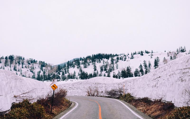 Aardmening van weg in sneeuwlandschap op Tateyama Alpiene Kurobe stock foto