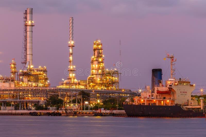 Aardolie en olieraffinaderij stock afbeelding