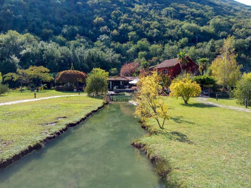 Aardpark met rivier en restaurant in Montenegro royalty-vrije stock fotografie