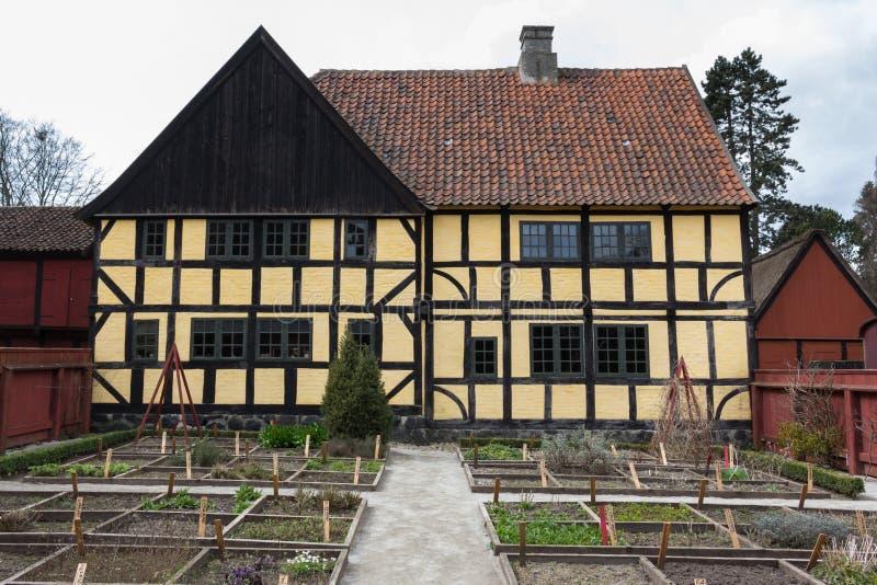 Aarhus, Danimarca - 12 aprile 2015: Il giallo ha armato in legno la casa fotografie stock libere da diritti