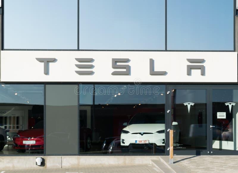 Aarhus, Denemarken - September 14, 2016: De handelaarsingang van de Teslaauto stock foto's