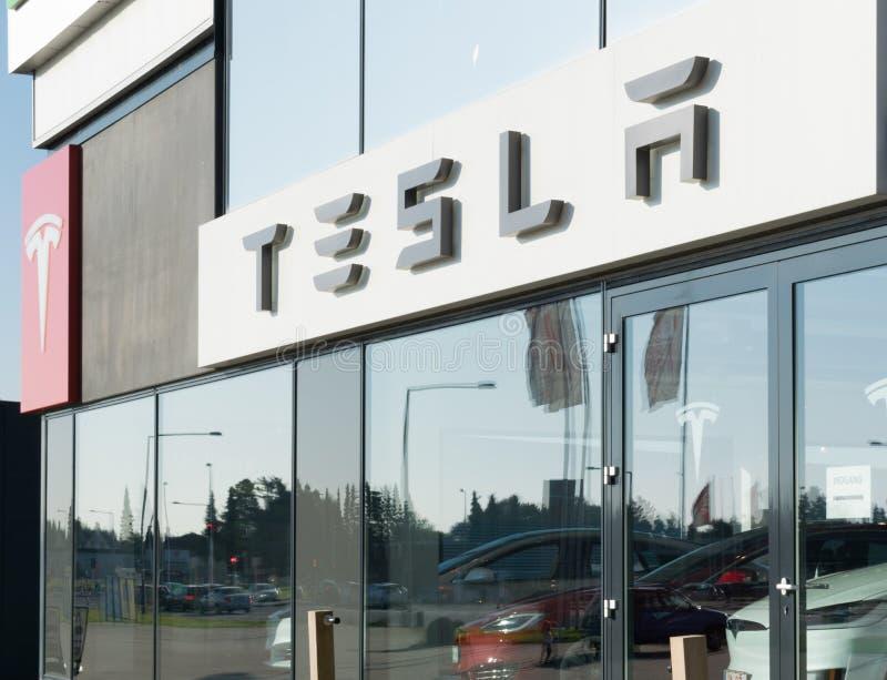 Aarhus, Denemarken - September 14, 2016: De handelaarsingang van de Teslaauto stock foto