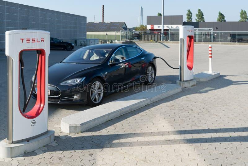 Aarhus, Denemarken - September 14, 2016: Teslaauto die worden geladen bij stock afbeeldingen