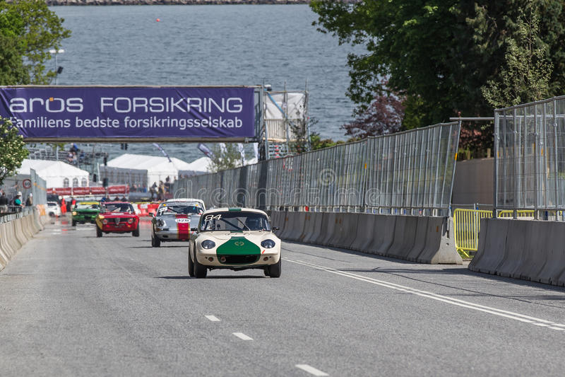 AARHUS, DINAMARCA - 29 DE MAIO DE 2016: Nikolaj Enager Mortensen em Lotus Elan, na raça clássica Aarhus 2016 fotos de stock