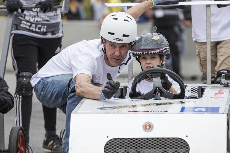 AARHUS, DINAMARCA - 27 DE MAYO DE 2016: Príncipe Joachim de HRH con príncipe Henrik en la carrera de coches del soapbox, en la ra fotos de archivo