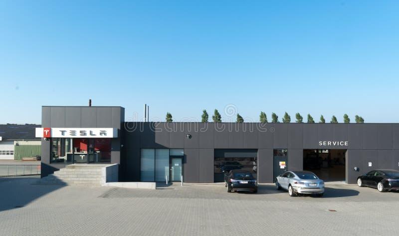 Aarhus, Dinamarca - 14 de setembro de 2016: Carros que esperam no serviço de Tesla fotografia de stock