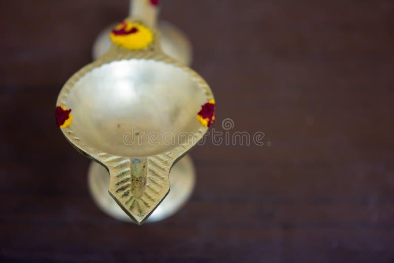 Aarthi diya gjord av mässing som är en vanlig poja-produkt som hittats under böner royaltyfria bilder