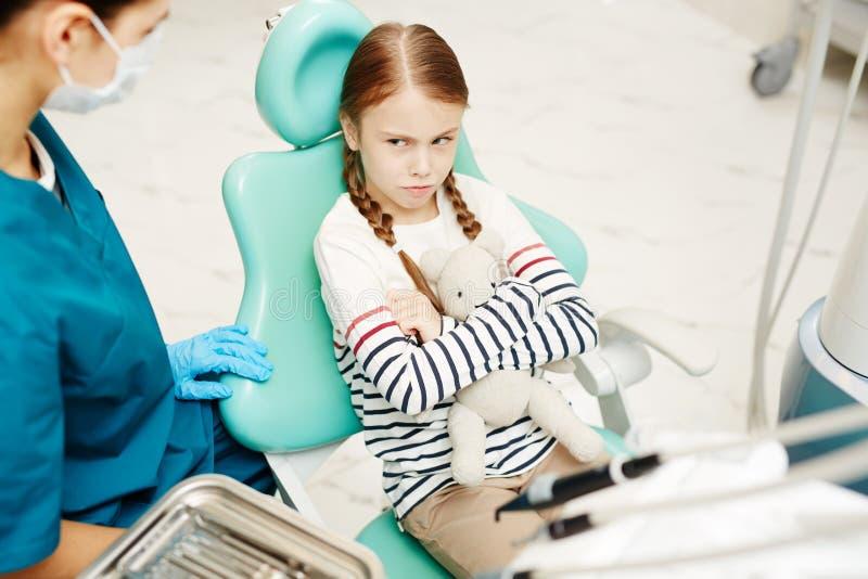 Aarzelend om tandcontrole te hebben stock foto