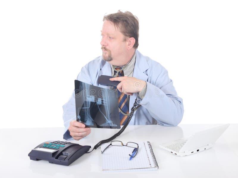 Aarzelende orthopedist op telefoon stock fotografie