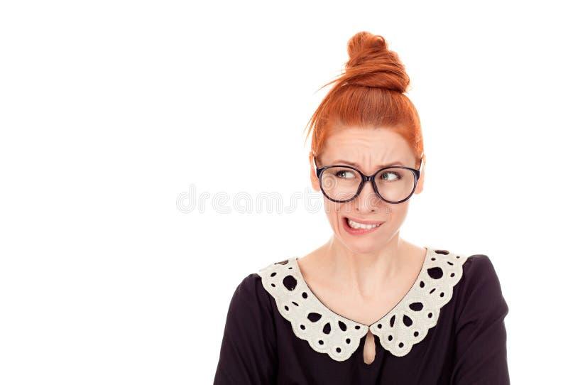 Aarzelende vrouw het bijten voor iets hunkeren naar of bezorgde lippen die royalty-vrije stock afbeeldingen