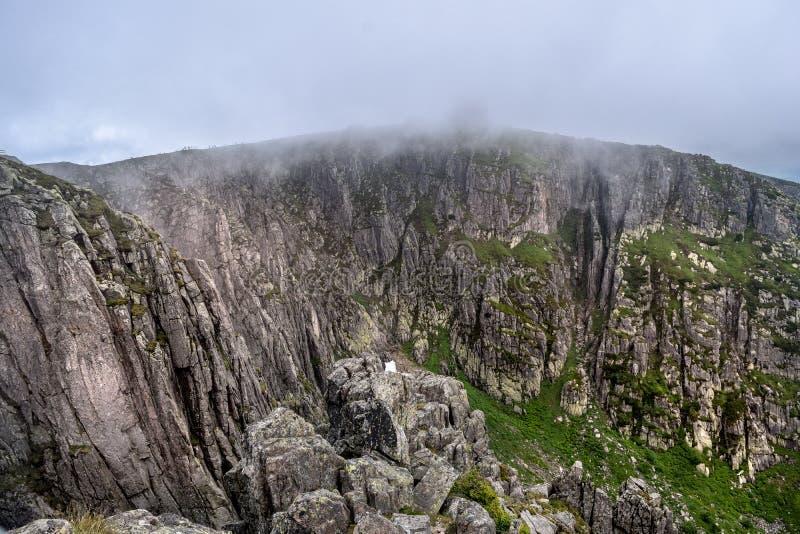 Abîme rocheux raide avec la brume au-dessus de elle photographie stock libre de droits