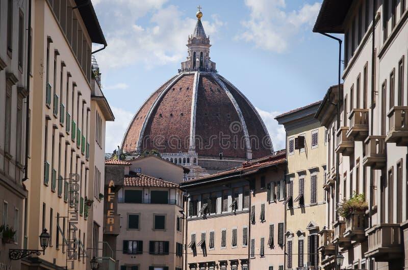 Abóbada Brunelleschi da rua do centro em Florença imagem de stock
