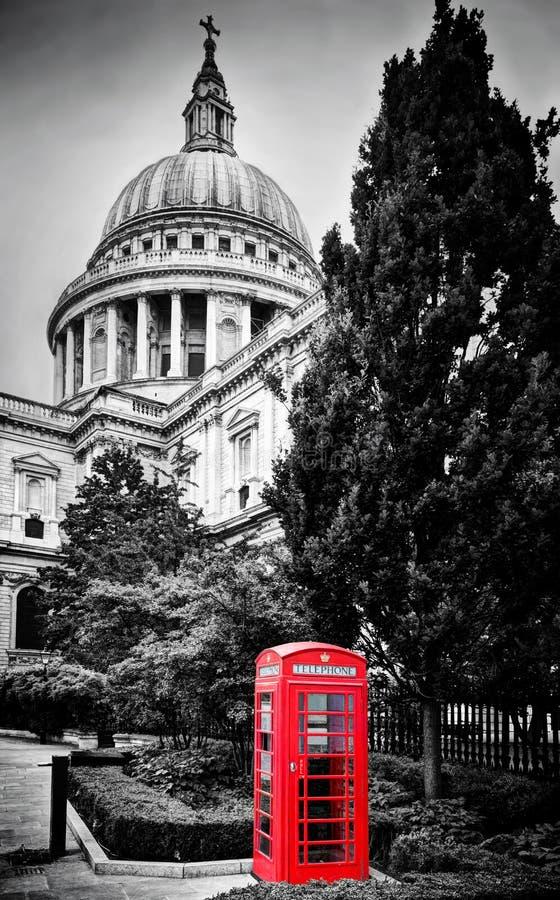 Abóbada da catedral de St Paul e cabine de telefone vermelha Londres, o Reino Unido fotografia de stock