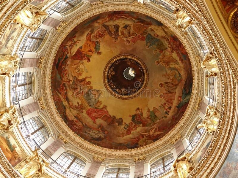 A abóbada da catedral do ` s do St Isaac em St Petersburg Vista interior imagens de stock royalty free