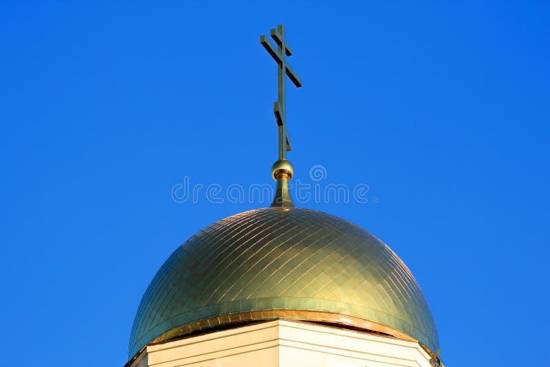 Abóbada da igreja com uma cruz imagem de stock