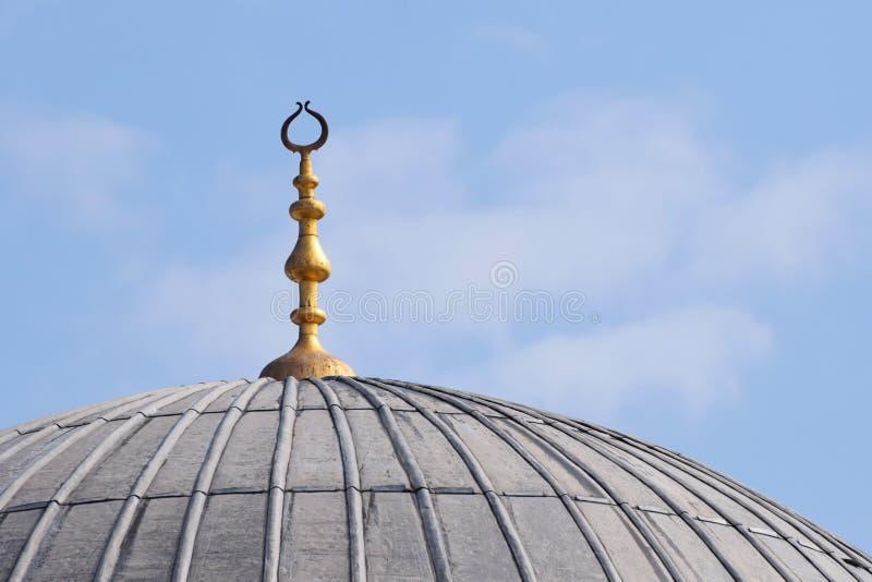 Abóbada da mesquita com uma lua dourada foto de stock