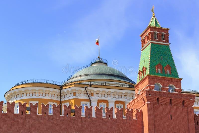 Abóbada da torre do palácio e do Senatskaya do Senado do Kremlin de Moscou em um fundo do céu azul na manhã ensolarada do verão imagens de stock royalty free