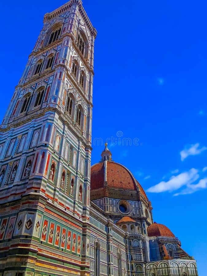 A abóbada de Brunelleschi com a torre de Bell de Giotto - o domo - Florença, Itália imagem de stock royalty free
