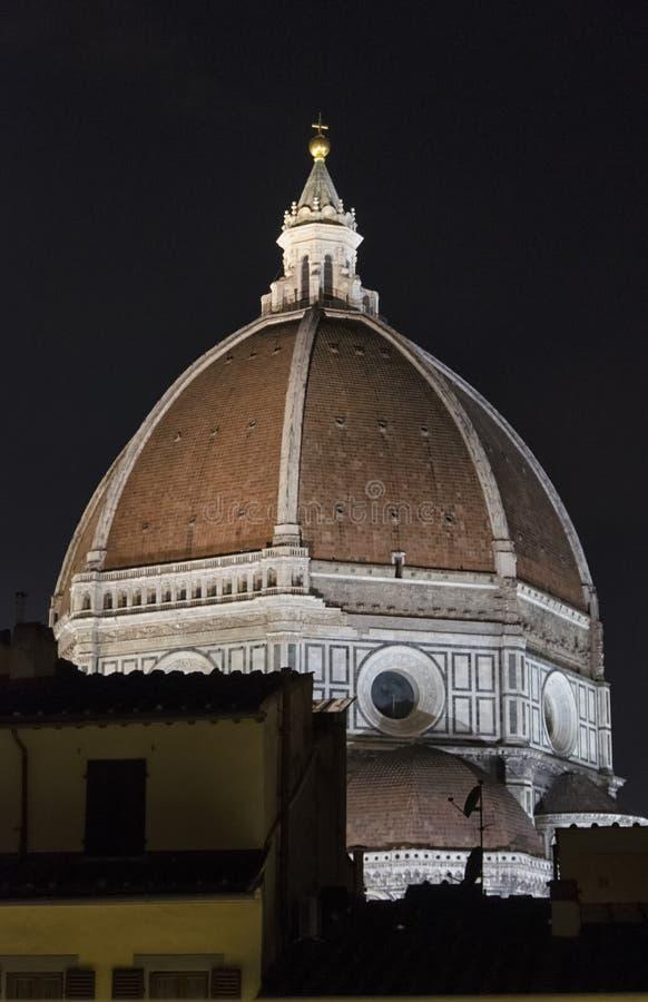 A abóbada de Brunelleschi na noite fotos de stock