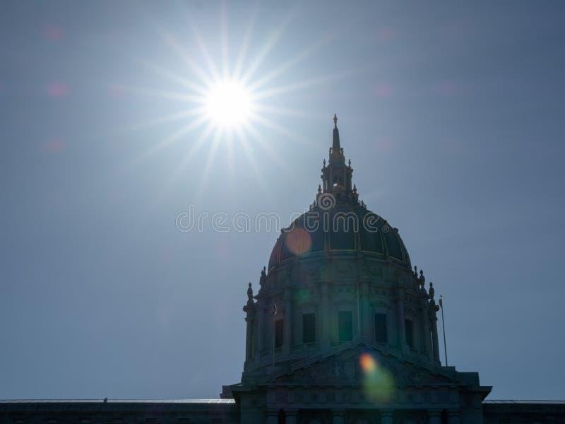 Abóbada de San Francisco City Hall com o sol que pendura em cima imagem de stock royalty free