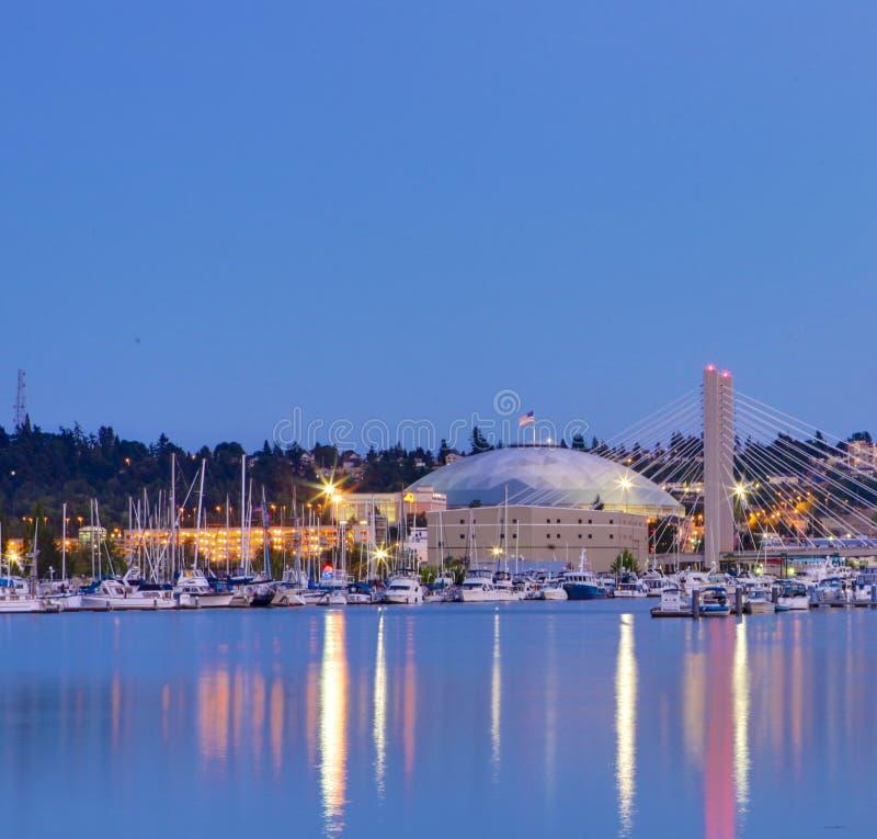Abóbada de Tacoma com barcos e porto. Cidade do centro na noite. fotografia de stock royalty free
