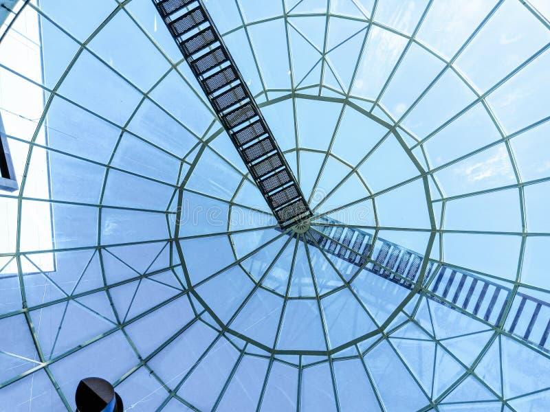A abóbada de vidro da construção sob o céu azul, as escadas ao céu fotos de stock royalty free