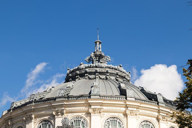 Abóbada decorativamente decorada do telhado do ateneu romeno no capital de Romênia - Bucareste imagem de stock